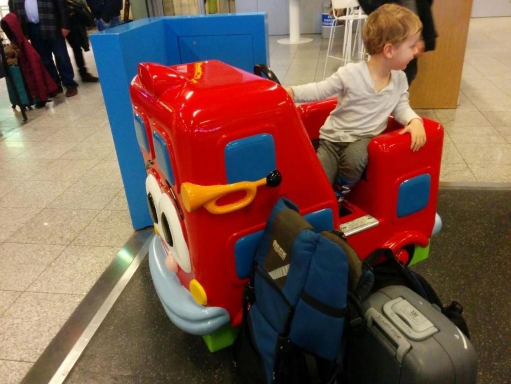 Vliegveld Eindhoven met peuter