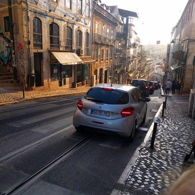 Gewoon een straat in het prachtige Lissabon tegen de avondhellip