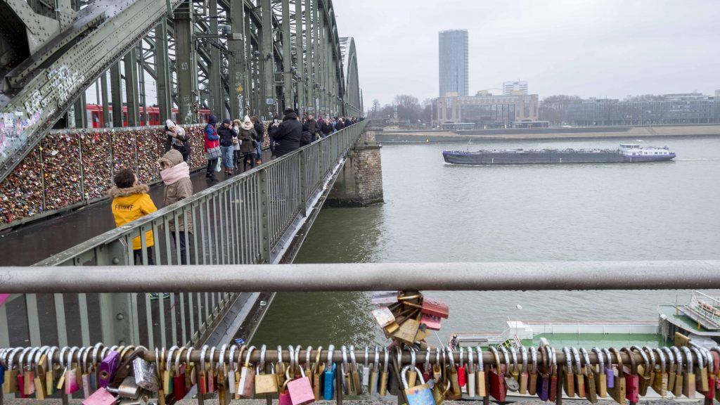 Hohenzollernbrücke en in de verte de KölnTriangle