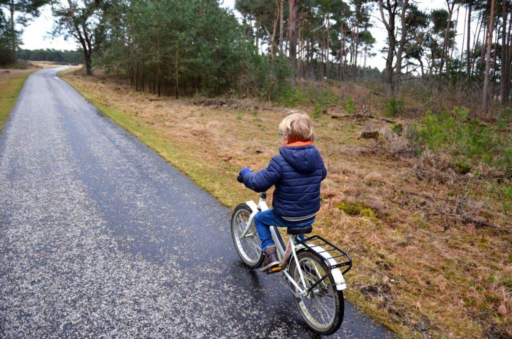 op de witte fietsen door het park1