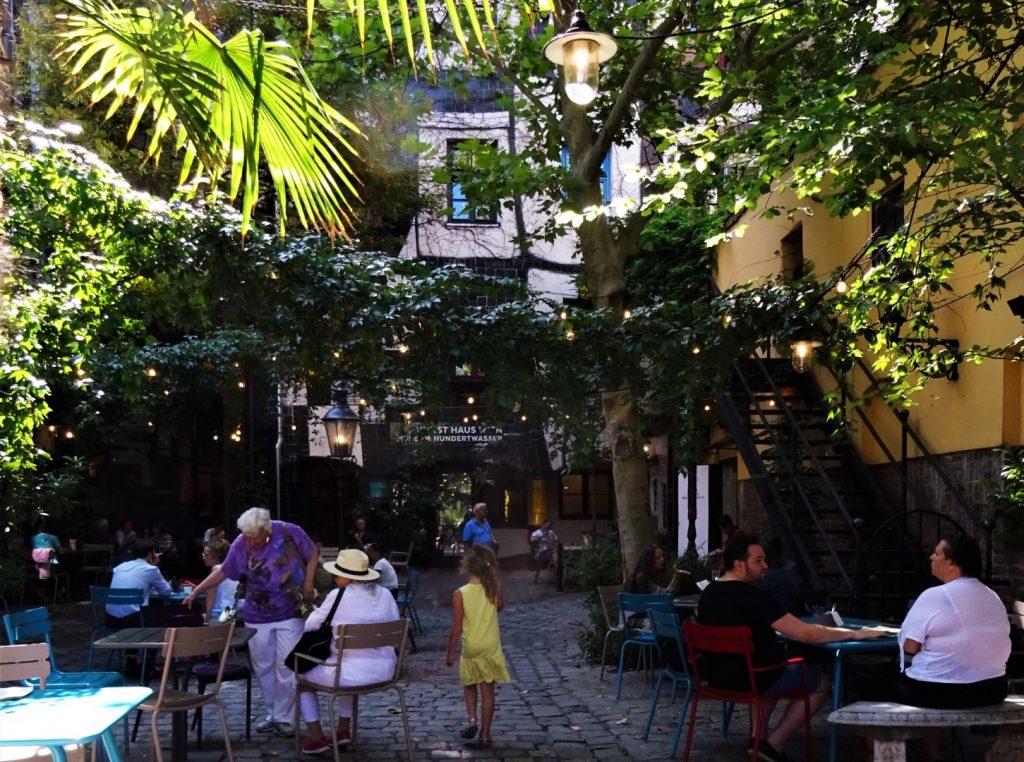 Hundertwasserhaus met kinderen